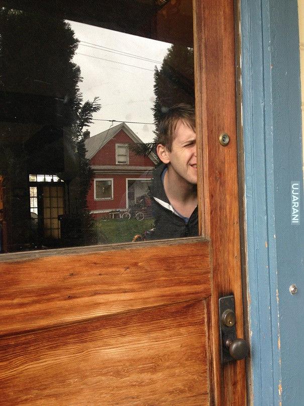 Zobacz kto stoi za drzwiami...