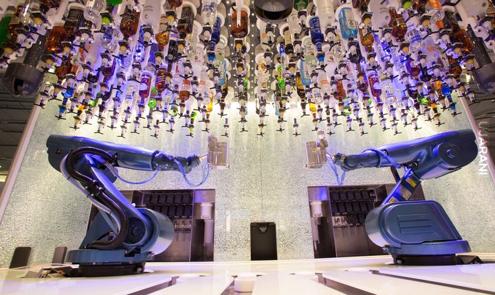 Barman-robot na statku pasażerskim