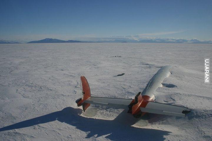 Porzucony samolot na Antarktydzie
