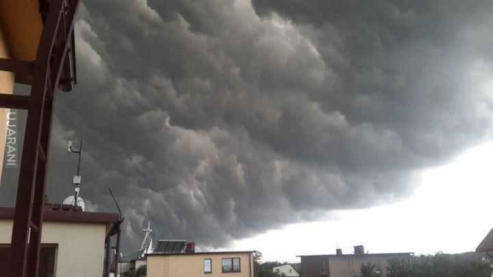 Czarna chmura pełna grozy