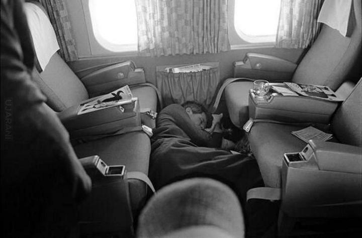 R Kennedy śpi w samolocie
