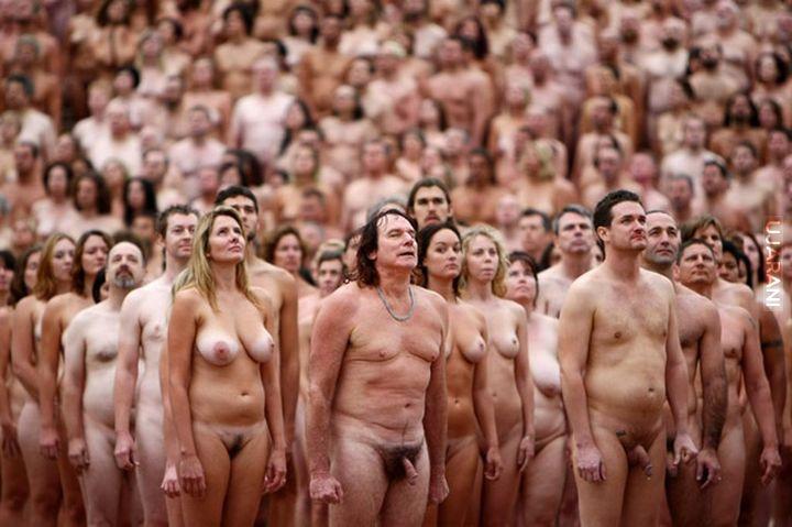 решение огромное количество голых людей на пляже детьми