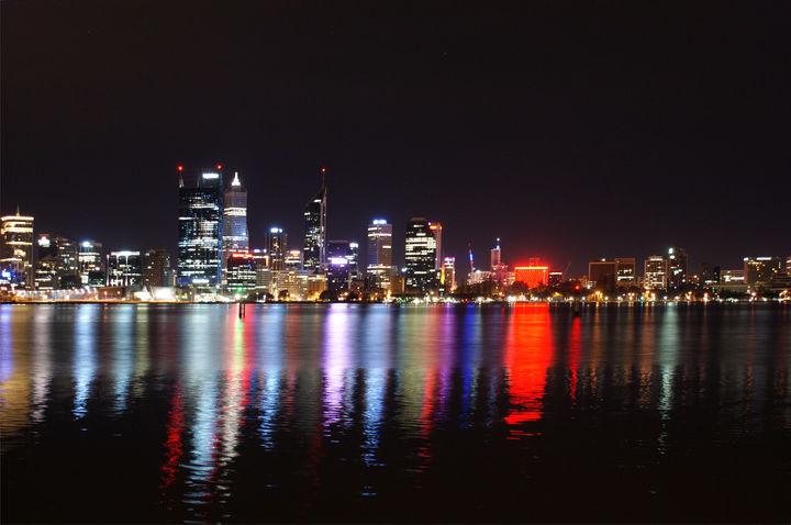 Perth w świetle Swan River.