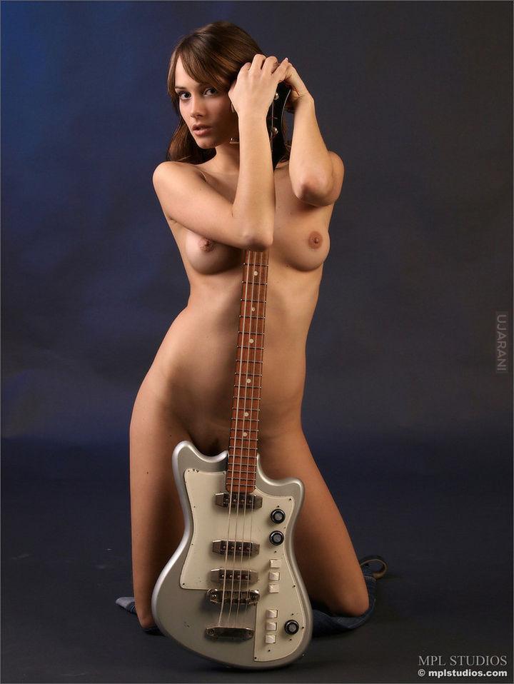 Голые девушки с гитарой фото 66164 фотография