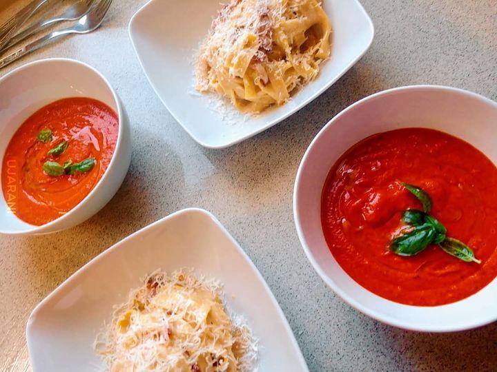 Krem z pieczonych pomidorów i czosnku oraz carbonara.