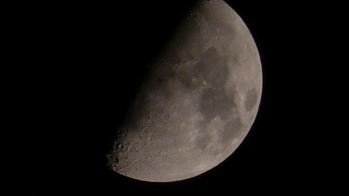 Księżyc w trakcie pierwszej kwadry