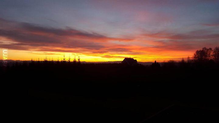 O zachodzie słońca, na horyzoncie trzy korony