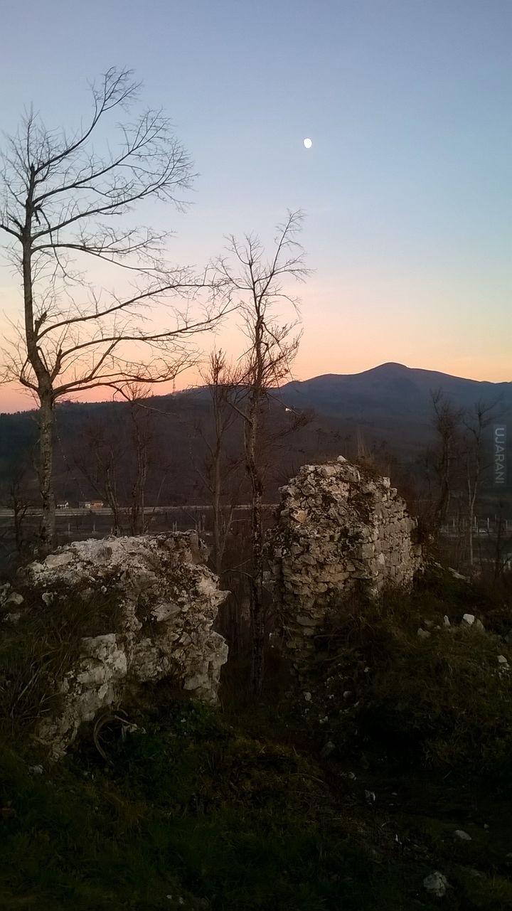 Ledwo widać, ale jest - księżyc nad Słoweńskimi górami