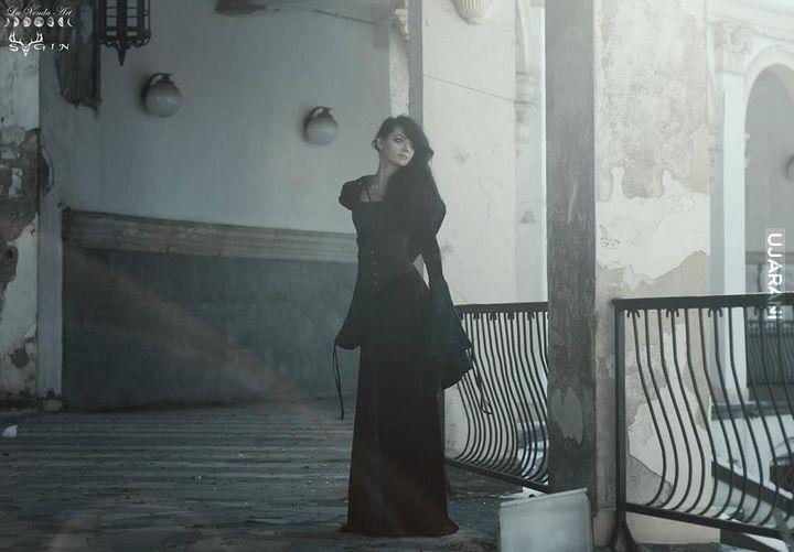 Pani w czarnej sukni