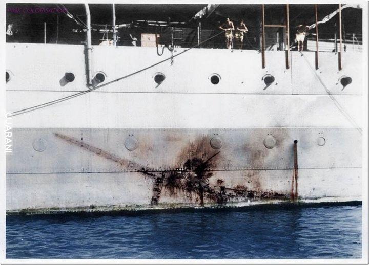 HMS Sussex 1945 z odciśniętym na burcie japońskim kamikadze