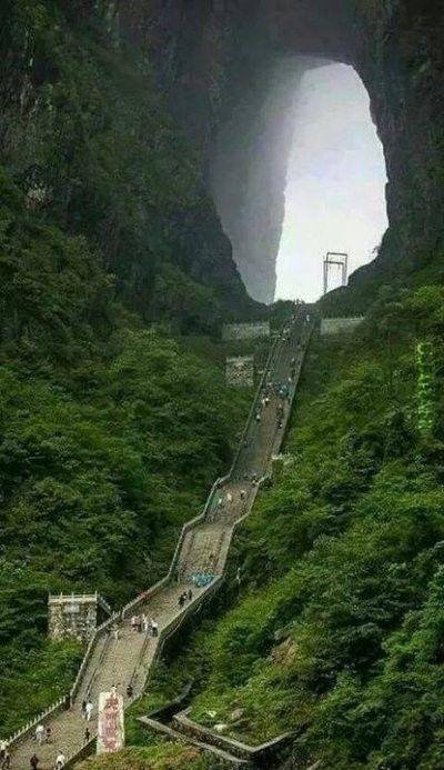 """""""Brama do nieba"""" gdzieś w Chinach"""