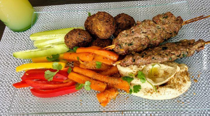 Kofty, hummus, falafelki, glazurowane marchewki + warzywa.