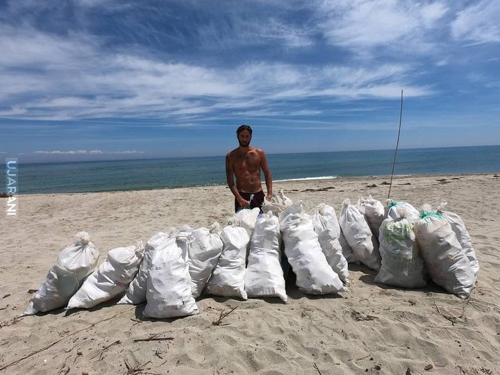 This guy cleaned a 1.5km beach in Greece
