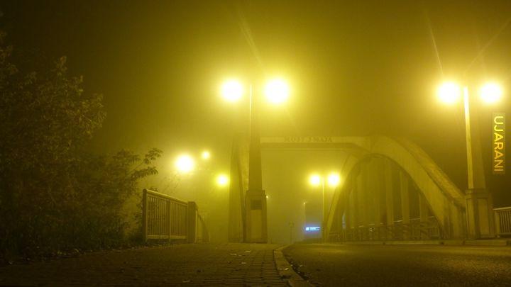 Most spowity mgłą