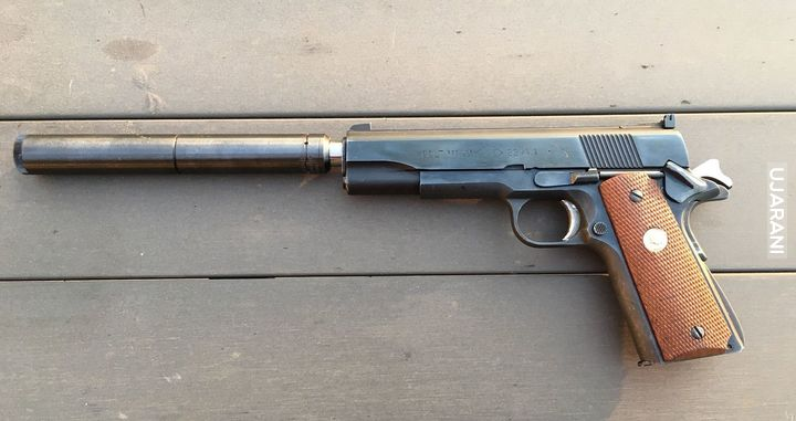 Colt .22LR z tłumikiem