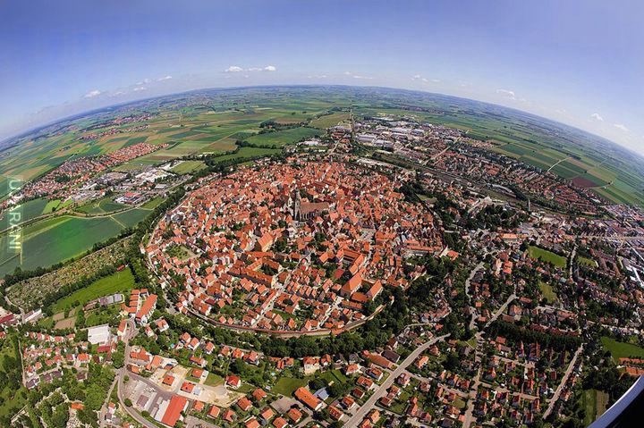 Miasto Nordlingen wybudowane w kraterze po uderzeniu meteorytu