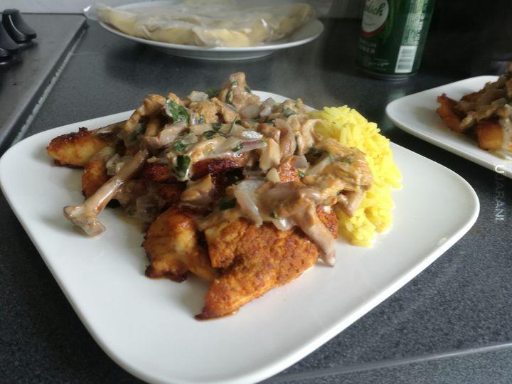 Kurczak z ryżem w sosie kurkowym