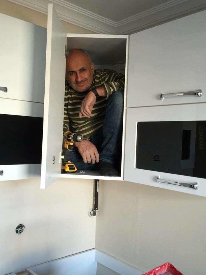 Budowlaniec udowadnia, że dobrze zamontował szafkę