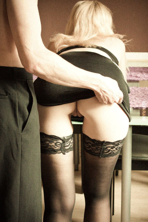 фото девушка задирает ноги перед мужчиной