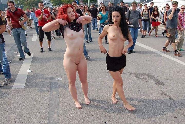 Открытое фото баб на улице среди людей, знакомство дрочунов серебряного бора