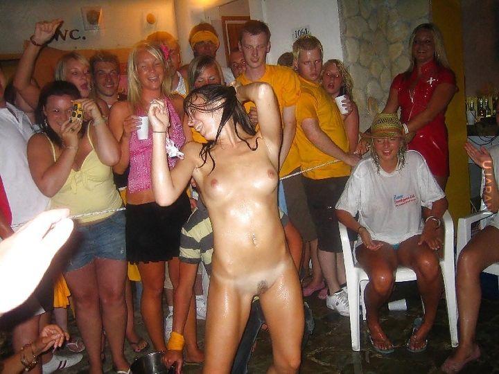Порно крупный голые пьяные женщины на публике фото банг ретро свинг