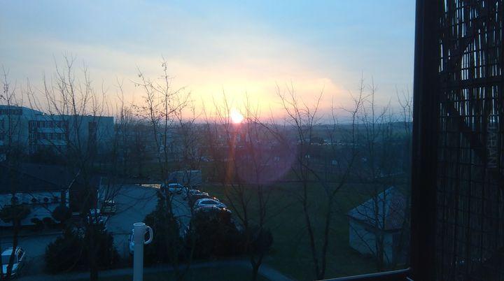 Słońce spuściło głowę, obłok zasunęło I raz ciepłym powiewem westchnąwszy - usnęło.