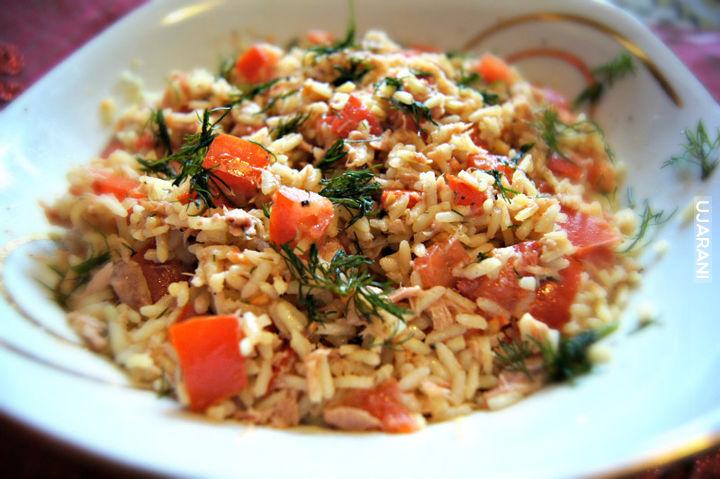 Tuńczyk z ryżem w winie i pomidorach.