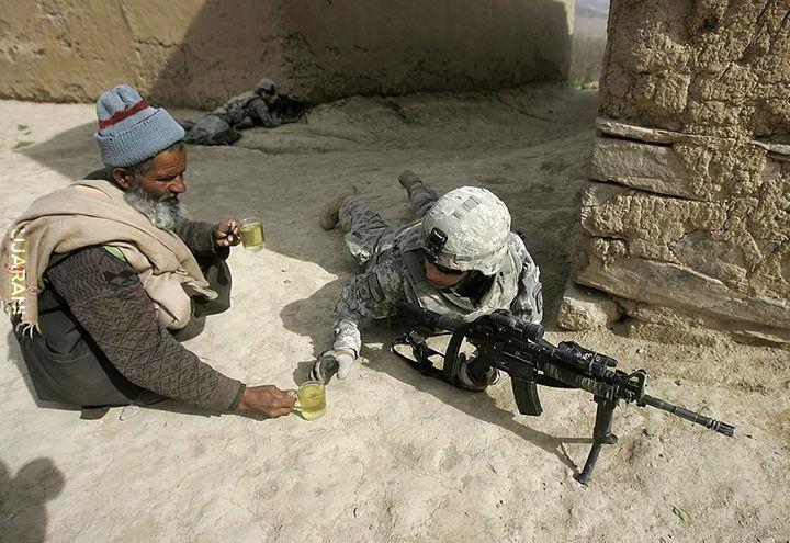 Afgańczyk podaje herbatkę.