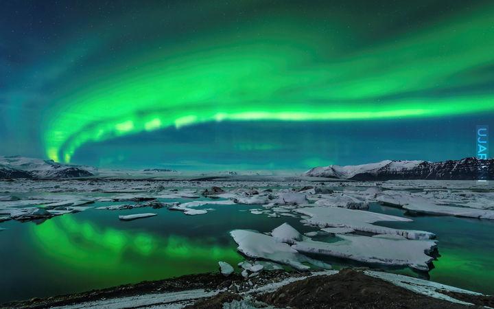 aurora show wide