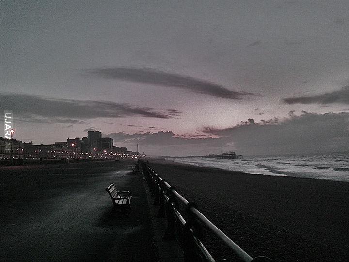 Plaża o zmroku.