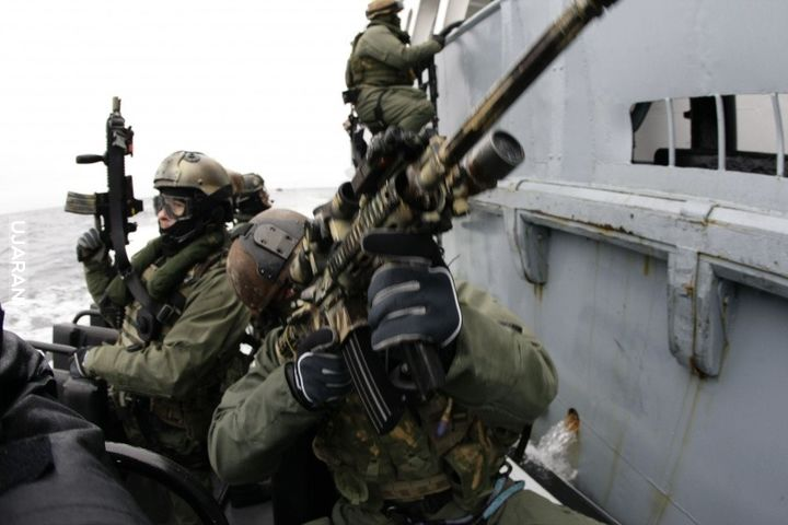 GROM podczas ćwiczeń na zatoce gdańskiej.