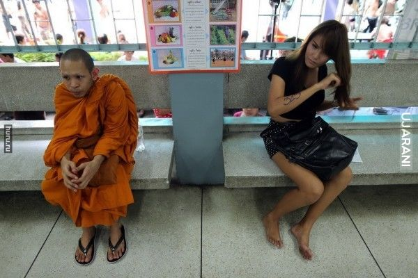 Młody mnich i młody transwestyta w kolejce rekrutacyjnej do wojska w Tajlandii