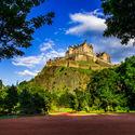 zamek w Edynburgu widziany z ogrodów Królowej.