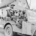 Dwóch chłopców z Hitlerjugend w amerykańskim Willysie MB Żandarmerii Wojskowej w niemieckiej wiosce - Niemcy, kwiecień 1945 roku.