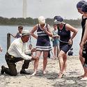 1922. Zboczony policjant sprawdza długość kostiumu