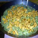 Kurczak smażony z makaronem świderki w sosie Śmietanowo-Szpinakowo-Ziołowym (: