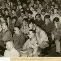 niemieccy jeńcy oglądający film nakręcony w niemieckich obozach koncentracyjnych