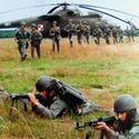 Nasi żołnierze, w tle jeden z 3 Mi-6 posiadanych przez polskie lotnictwo.