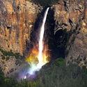 Tęcza pod wodospadem, Park Narodowy Yosemite, USA.