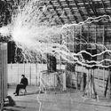 Nicola Tesla w swoim laboratorium