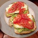 Tost, Awokado, smażone jajko, pomidor