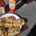 Kuchnia OGRA cz.I: zapiekanki z przysmażaną cebulą, pieczarkami i żółtym serem na czerstwym chlebie...