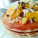 Pancakes z syropen klonowym, mango, czekoladą i migdałami