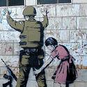 Banksy – brytyjski artysta graffiti urodzony w 1974 roku w Yate blisko Bristolu w Anglii. Jego prace pojawiają się na ulicach Londynu i w innych miejscach na świecie.