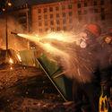 _Opozycjonista odpala rakietke w strone berkutu_