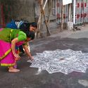 Kolam – codzienny hinduski rytuał. **